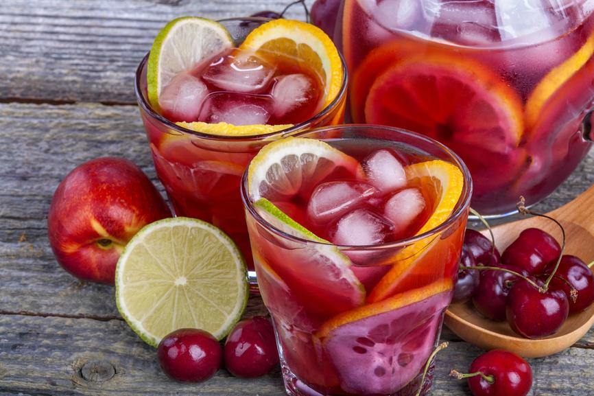Domowa Ice Tea z owocami miętą i melasą